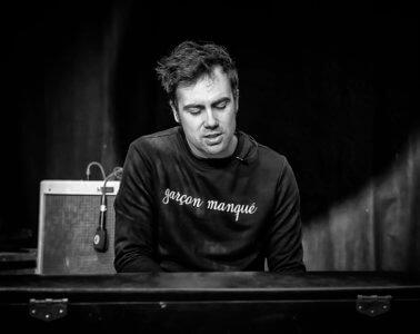 Martin Luminet – Bruit rose sur canapé bleu
